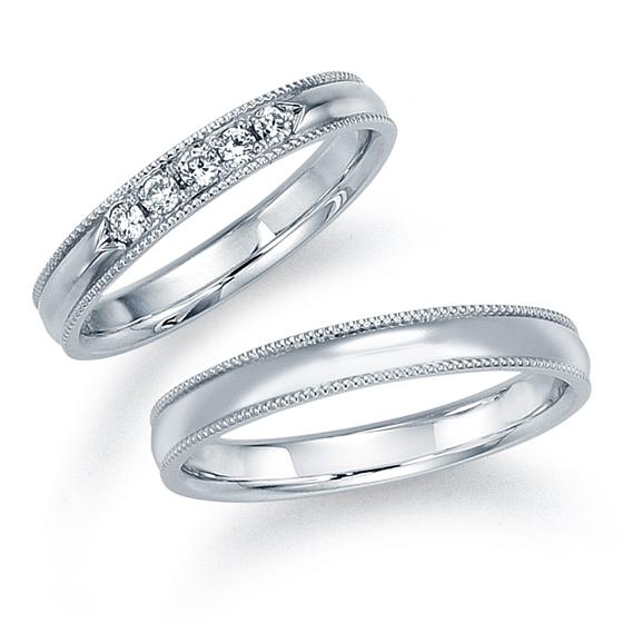 シンプルな甲丸リングに上品に彩られたミル打ち加工。ダイヤモンドの輝きと相まって最高の輝きと放つ。