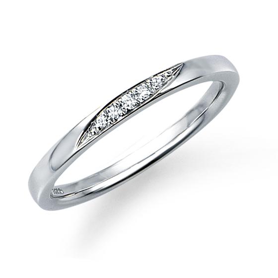 シンプルなストレートタイプのマリッジリング。品質にこだわるモニッケンダムのプラチナ、ダイヤモンドの輝きを堪能して。