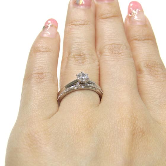 >スッキリと重なるデザインのセットリング。ダイヤモンドが高めに留められて存在感アップ♡