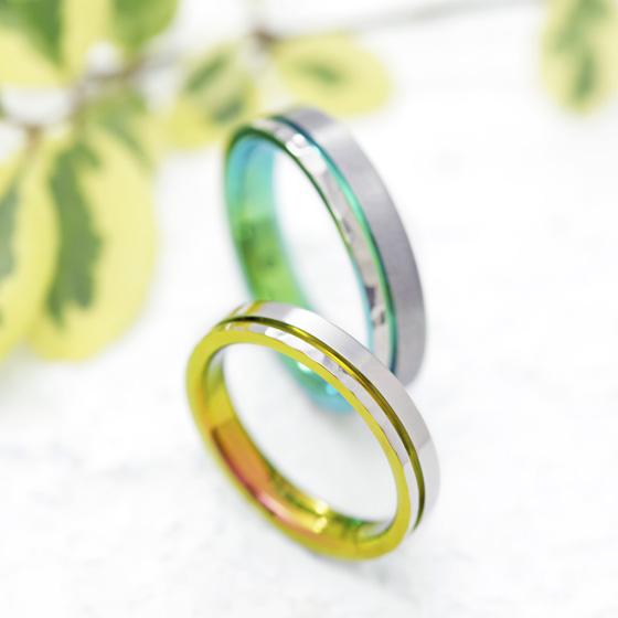 ストレートのデザインにポイントとなるラインを加え、オリジナリティを出した結婚指輪。