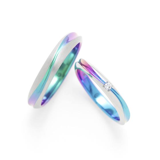 >なだらかな曲線が優しく思いやるお互いの心を思わせる結婚指輪。