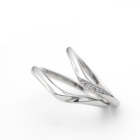 強弱を付けたV字のデザインは、指をシャープに見せてくれるので、女性に人気のデザインです。
