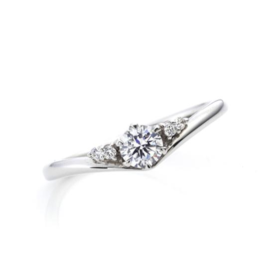 はっきりとしたV字カーブにダイヤが据えられているエンゲージリング。指を美しく演出してくれます。