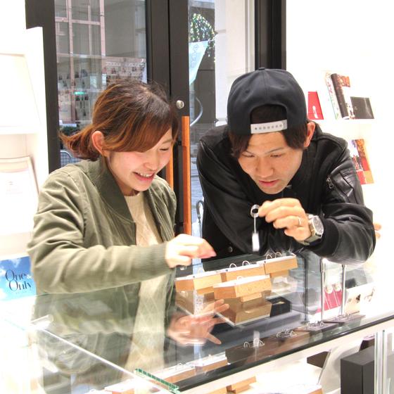 >婚約指輪・結婚指輪は約30ブランドご用意があります。店内をゆっくりご覧くださいませ。