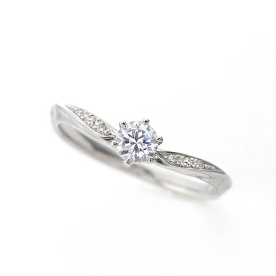 指をきれいに見せてくれるVラインの婚約指輪(エンゲージリング)。両サイドに流れるようにメレダイヤモンドが入っていてゴージャス。