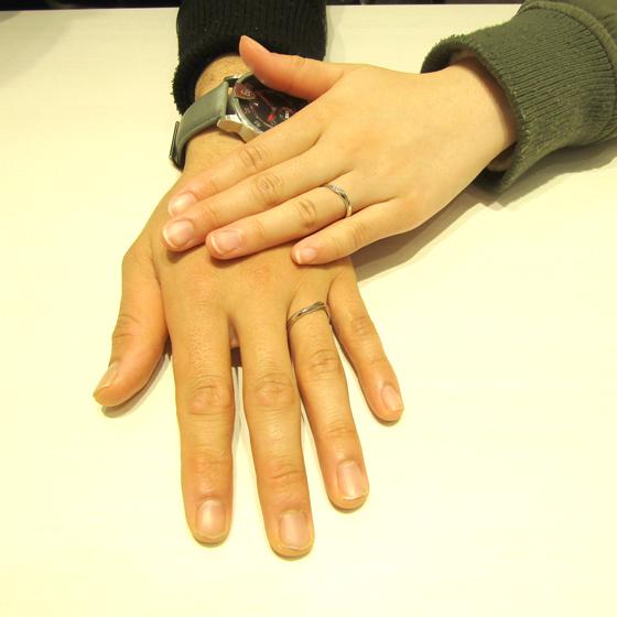 >カーブラインがお揃いのオシャレな結婚指輪をお選び頂きました。