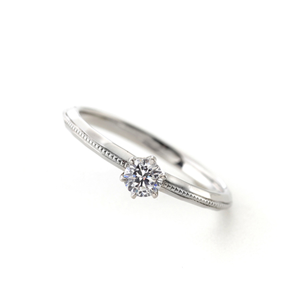 シンプルな一粒タイプの婚約指輪(エンゲージリング)ミル打ち(ミルグレイン)が優しい雰囲気にしてくれています。
