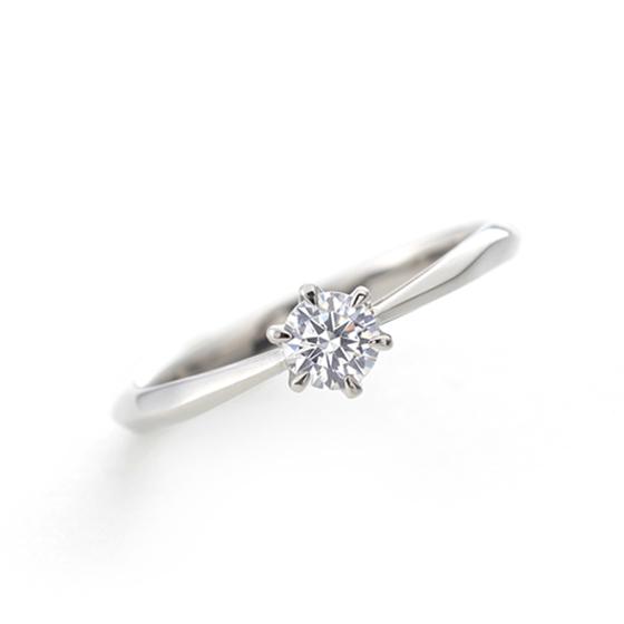 シンプルな一粒タイプの婚約指輪(エンゲージリング)緩やかな槌目(ハンマー)仕上げがお肌に馴染みます。