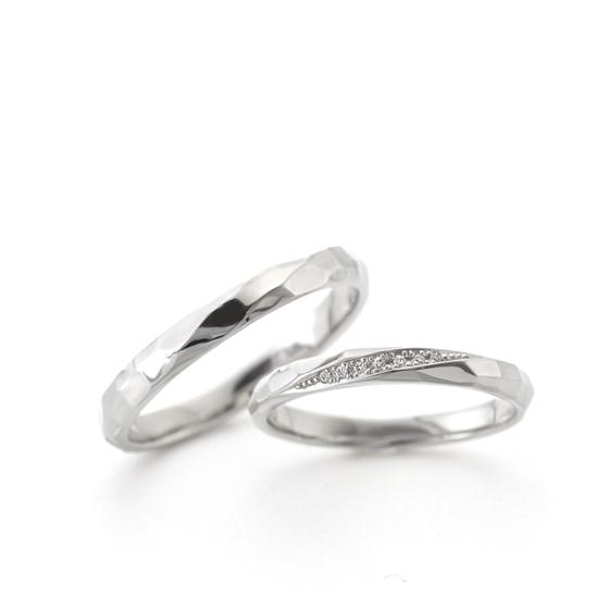 少ししっかり目な槌目(ハンマー)仕上げにすることでキラキラとした結婚指輪(マリッジリング)になります。