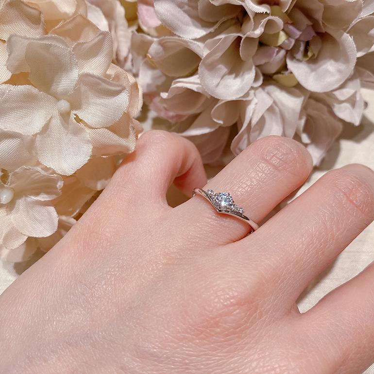 V字のリングの上にダイヤモンドが留められたフォルムの美しい婚約指輪です。
