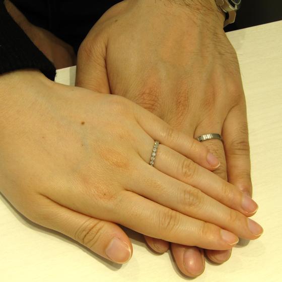>men'sはシャープでマットのお仕上げ。lady'sはダイヤモンドがミル打ちで囲まれたエタニティタイプ。