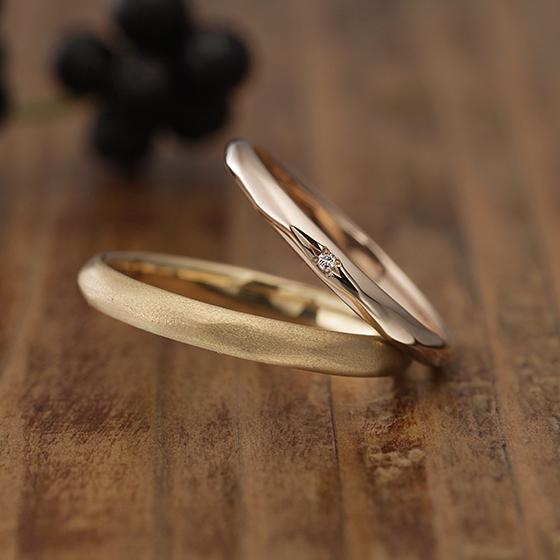ストレートタイプですがナイフエッジ(山)に緩やかな槌目(ハンマー)仕上げが入ることでクールになりすぎない結婚指輪(マリッジリング)