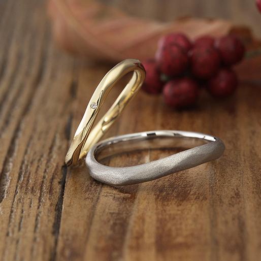 緩やかなウェーブラインに槌目(ハンマー)仕上げの結婚指輪(マリッジリング)マット加工、鏡面仕上げもお選びいただけます。