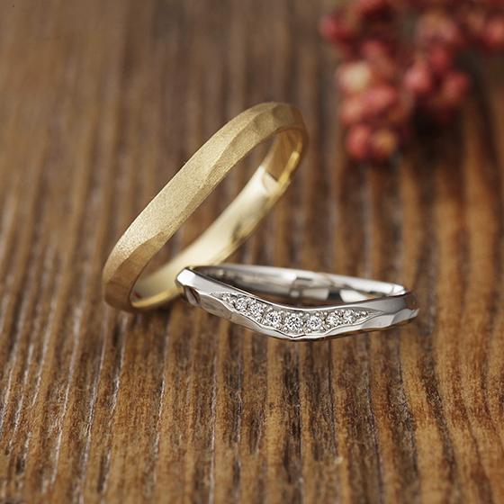 お指をきれいに見せてくれるVラインの結婚指輪(マリッジリング)マット加工、鏡面仕上げをお選びいただけます。