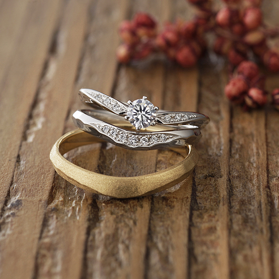 メレダイヤモンドがふんだんに使われていてゴージャスなセットリング。ですが、槌目(ハンマー)仕上げが入ることでカジュアルな雰囲気もだせます。