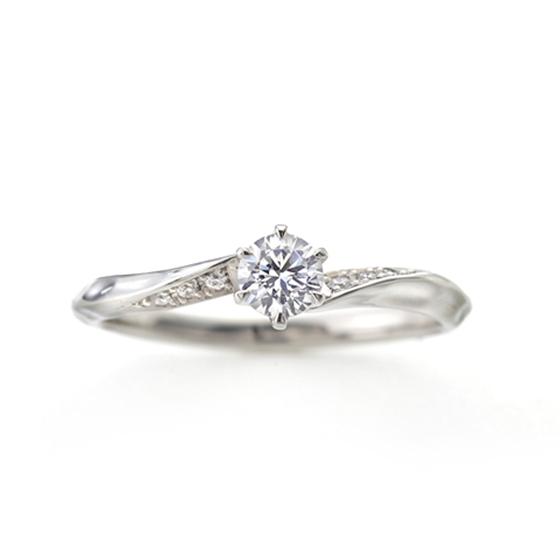 緩やかなSラインの婚約指輪(エンゲージリング)両サイドに流れるようにメレダイヤモンドが入っていて人気デザイン。