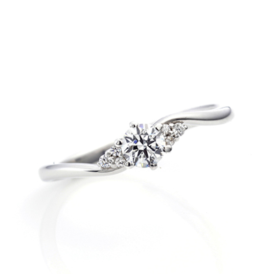 サイドメレが中央のダイヤモンドに寄り添い、よりダイヤモンドの美しさを引き立ててくれます♪