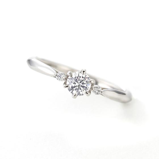 シンプルで人気デザインの婚約指輪(エンゲージリング)センターダイヤモンドの両サイドにメレ(小粒)ダイヤモンドが2石デザインされています。
