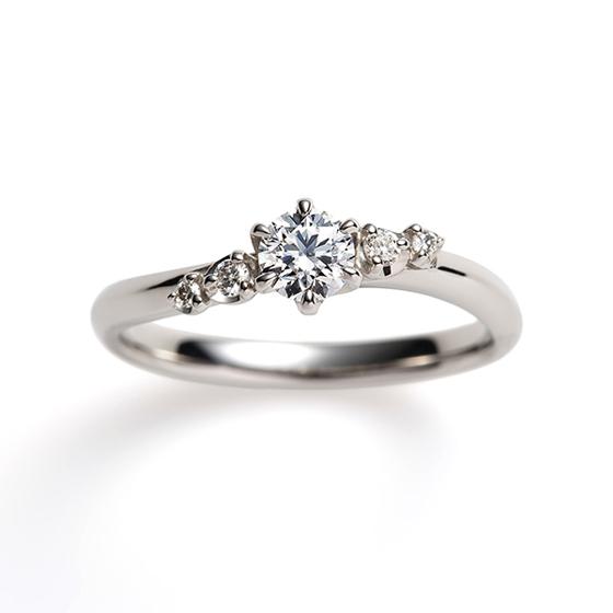 大粒のダイヤモンドを散りばめたグラデーションの美しい婚約指輪。