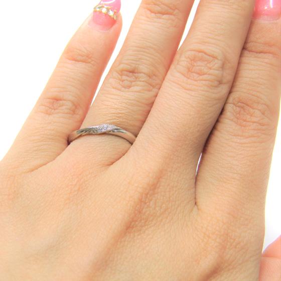 >ねじりの効いた動きのあるデザインの結婚指輪。