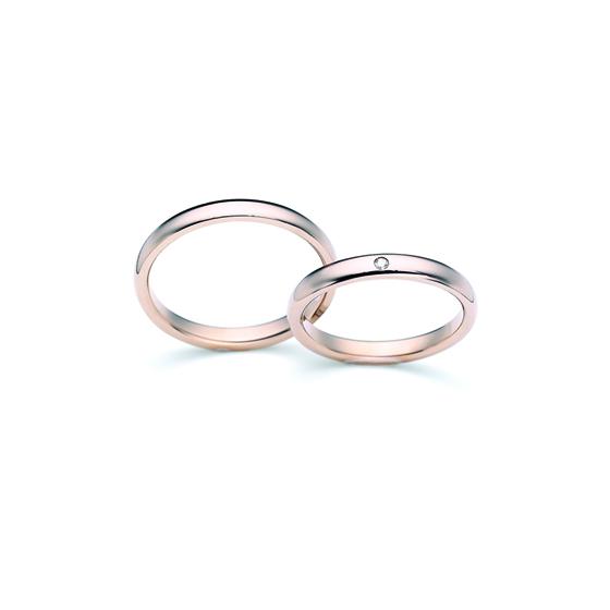 >ストレートタイプ。シンプルで飽きの来ないデザインと、肌に馴染むゴールドが美しい結婚指輪を選んで頂きました。