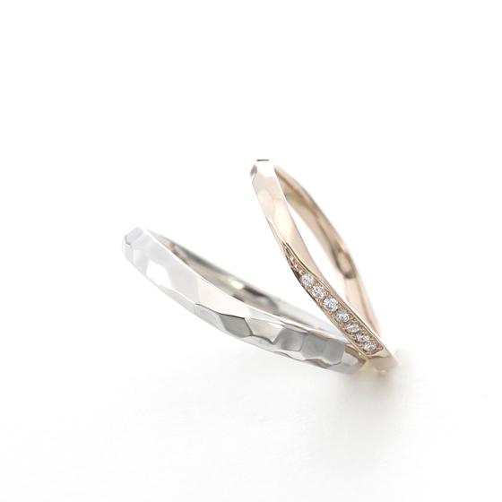 Vラインにゴツゴツとした槌目(ハンマー)仕上げがカッコいい結婚指輪(マリッジリング)