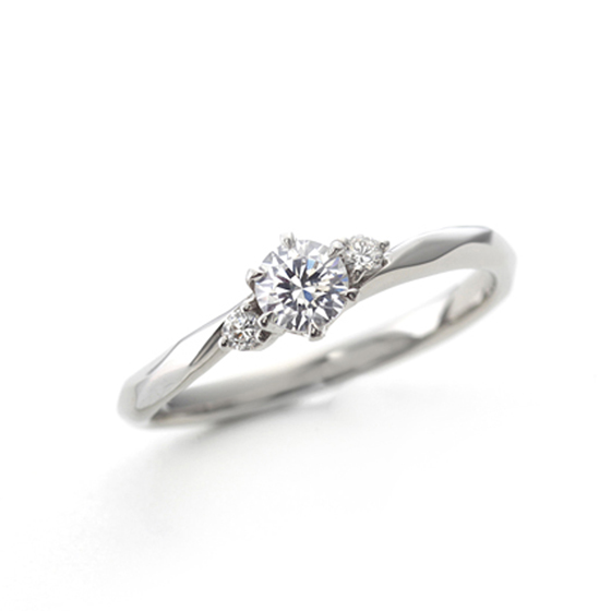 緩やかなウェーブラインの婚約指輪(エンゲージリング)両サイドのメレダイヤモンドが華やかさを演出してくれます。
