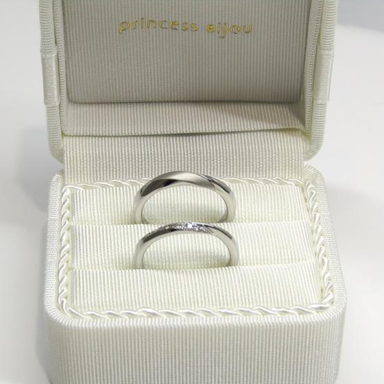 >カーブラインと、流れるように留められたダイヤモンドが美しいデザインの結婚指輪です。