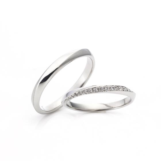 指輪の半周近くをダイヤモンドで埋め尽くされたマリッジリング。