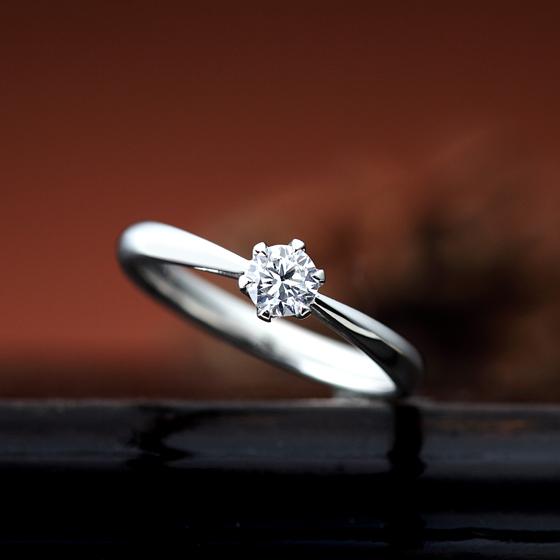 シンプルなソリティアタイプの婚約指輪。丸みのあるアームが着け心地も良く長年愛されるデザインです。