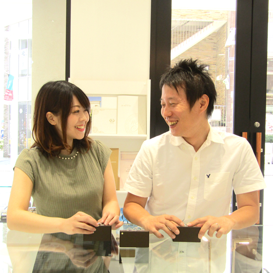 >店内約30ブランドのリングをご用意しております。指輪を選んでいる際のお2人の笑顔がとっても素敵ですね!