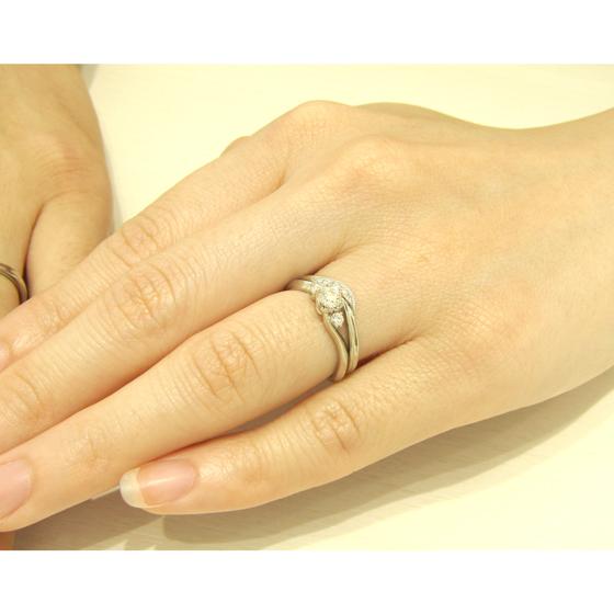 >婚約指輪と結婚指輪を重ねて着けると、より一層華やかな印象になりますね♡