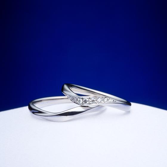 >丸みを帯びた着け心地の良い結婚指輪に、ダイヤモンドのカット=輝きにこだわった「ハート&キューピッド」のダイヤモンドを留めた美しいデザインです。
