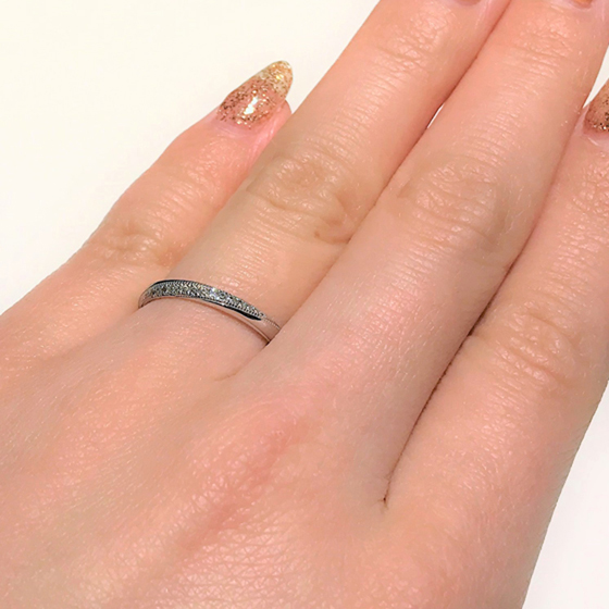 >ダイヤモンドが広くセッティングされたエレガントな結婚指輪。ミル打ちは子宝や永遠、長寿を意味する幸せモチーフです。