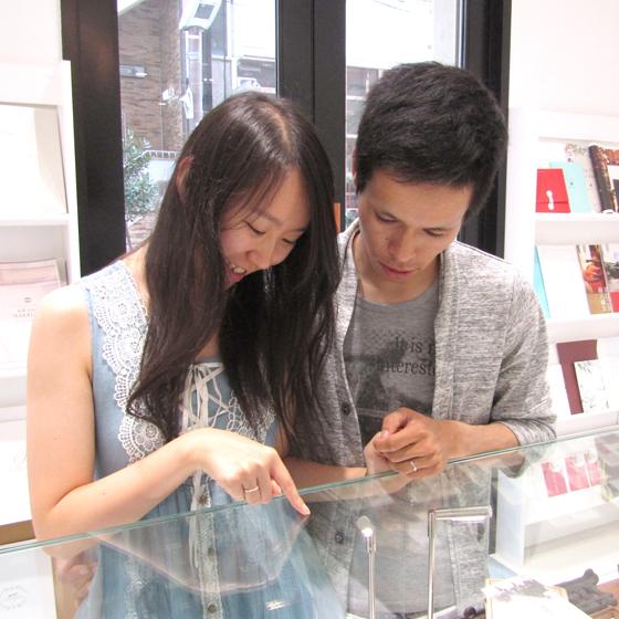 >店内にある数百型のデザインの中からお好みの指輪を見つけて頂き、さらにお2人だけのアレンジを加えられます。