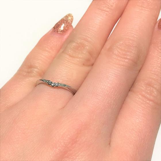>細身で、派手すぎないデザインの結婚指輪。指がきれいに見えと人気♡キュートなデザインがお好みならぜひ試着を。