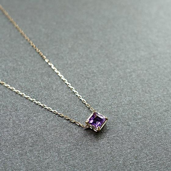 石言葉は誠実、心の平和。別名で紫水晶とも呼ばれ恋愛に効果や安眠効果があるアメジスト