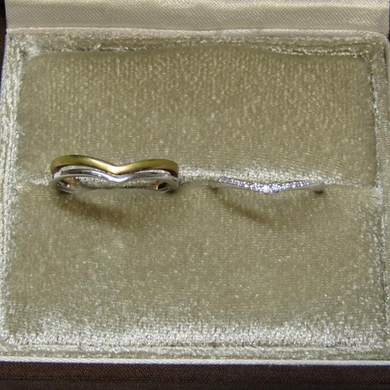 >婚約指輪を際立たせるデザインの細身の結婚指輪(マリッジリング)の重ね着けが華やかな印象的です。