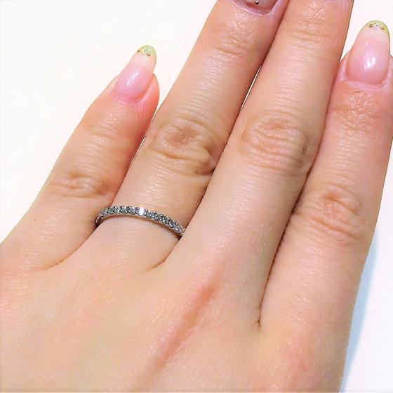 >程よいボリューム感のリングにダイヤモンドが爪留めされたエタニティタイプの結婚指輪。フェミニンさを演出してくれる♡