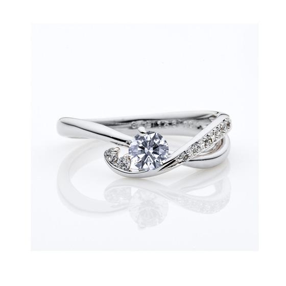 >ダイヤモンドのラインが美しい婚約指輪(エンゲージリング)がとてもお似合いです。