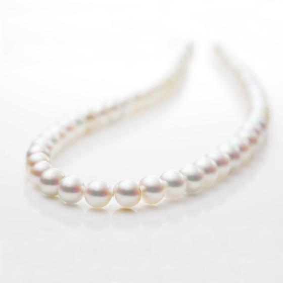 ダイヤモンドやルビーなど鉱物系の宝石とは違い、真珠は生命体から生み出される唯一の宝石です。