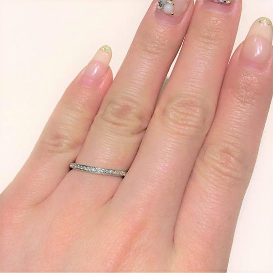 >ゆるやかなウエーブラインにメレダイヤモンドが敷き詰められたエタニティタイプの結婚指輪。