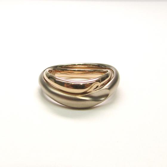>おふたりの結婚指輪は、重ねるとハートの模様が!内側の刻印もおふたりのこだわりが…