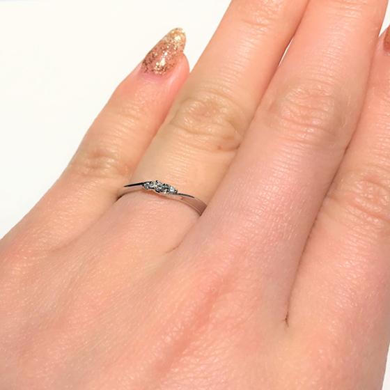 >中心のダイヤモンドが立体的に留められており、エンゲージリングのような輝きが美しいデザインです。