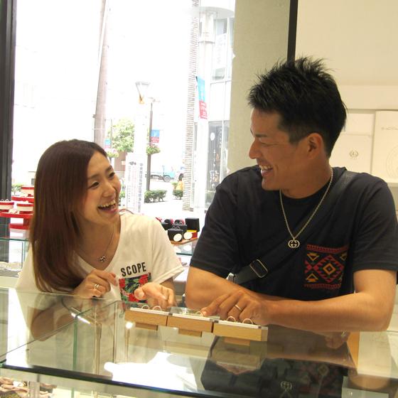 >とっても仲の良いカップル様♡笑顔がキュートですね(^^)お2人のテーマに沿った結婚指輪を見つけて頂きました!