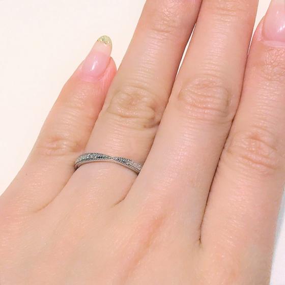 >中心が絞られてリボンモチーフようなデザインの結婚指輪。大人っぽい雰囲気を演出するならおススメです♡