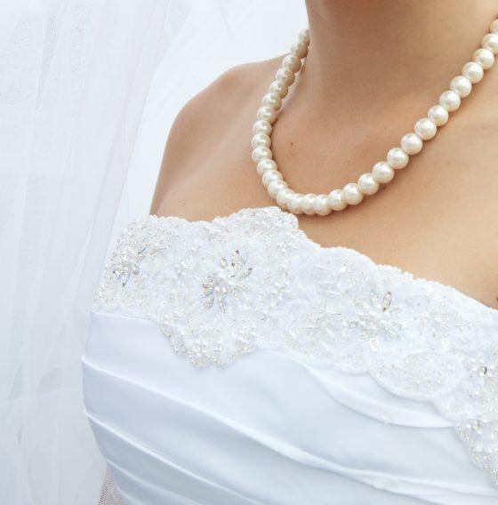>白ドレスに品格をプラス、一生涯使う真珠を結婚式で使用することによって幸せを一生幸せを。女性の必需品でもあります。