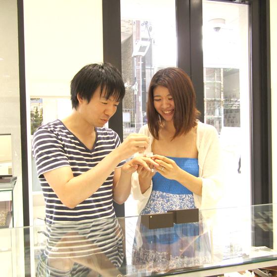 >店内には国内・海外約30ブランドの結婚指輪・婚約指輪を取り揃えております!