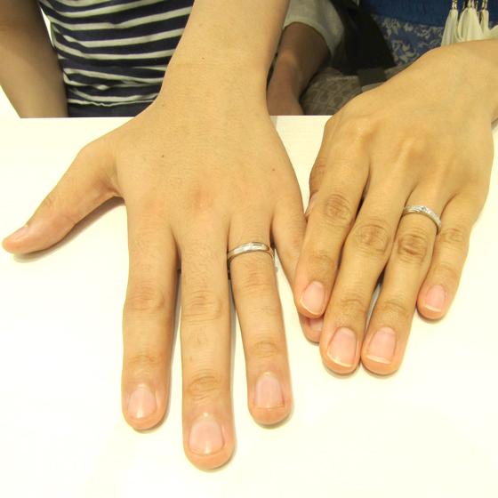 >存在感のあるボリュームと、指にフィットするウエーブラインが人気の結婚指輪です。