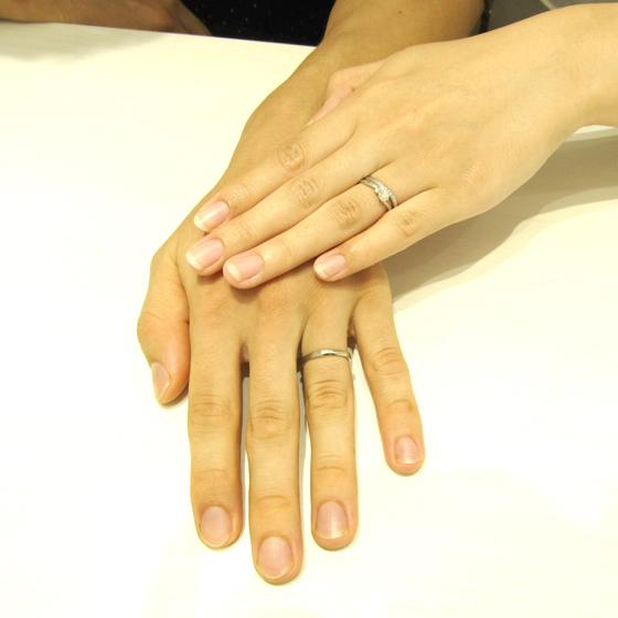 >表面からみても、側面からみてもダイヤモンドが留められているのが美しく見える結婚指輪。men'sリングは上下のマット加工が洗練された雰囲気を演出しています。